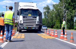 Весовой контроль грузового автомобиля штраф за перегруз грузового автомобиля Перевозка с превышением массы грузового автомобиля – административная ответственность за перегруз по 12.21.1 КоАП РФ vesovoj kontrol 300x192